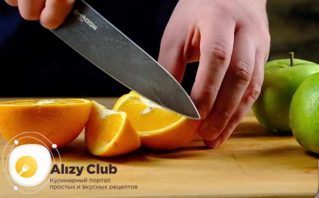 Разрежьте 1 апельсин на 6-8 частей, не снимая кожуры