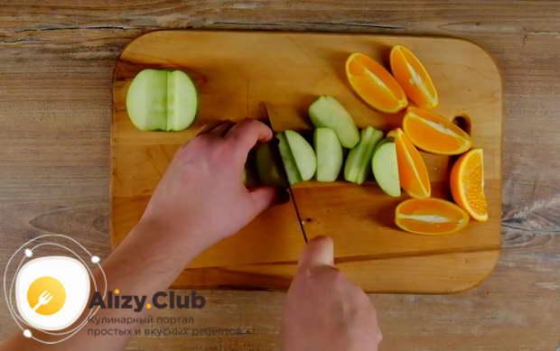 Удалите сердцевину из 2 яблок и нарежьте их на 6-8 долек