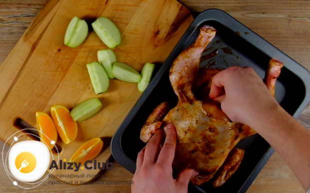 Поочередно нафаршируйте курицу фруктами