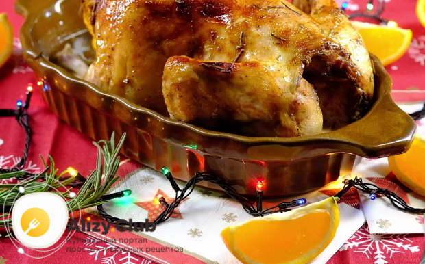 запеките курицу с яблоками в рукаве, не используя воду