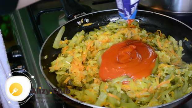 Добавляем в сковороду 30-40 грамм томатной пасты