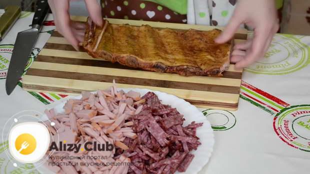 Нарезаем 150-200 грамм копчёной колбасы