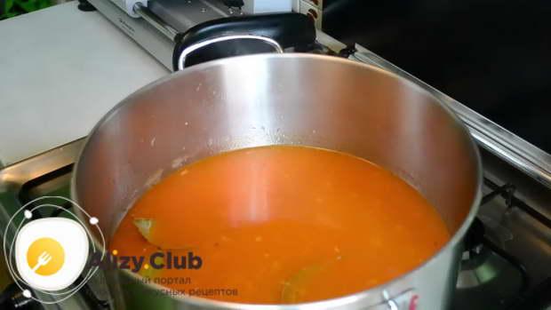 Когда бульон покипит 3-4 минуты, добавляем нарезанные колбасу