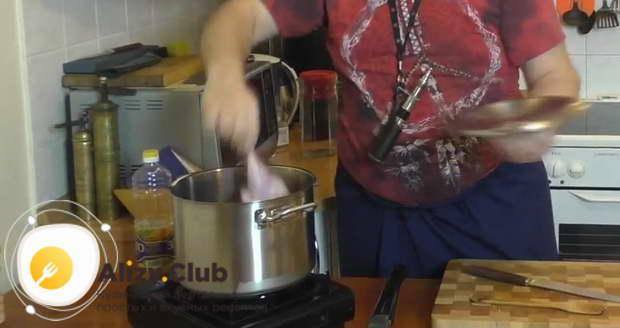 Рецепт сборной солянки с колбасой и оливками в горшочке