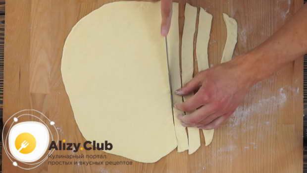 Раскатайте лист толщиной 2-3 мм и нарежьте полоски шириной 2 см