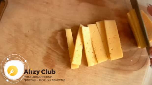 Нарежьте сыр для сосисок в тесте из готового слоеного теста