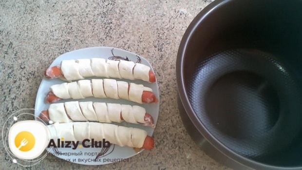 Смотрите как завернуть сосиску в слоеное тесто
