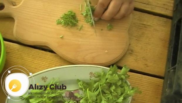 По рецепту для приготовления соуса к мясу в домашних условиях. нарежьте зелень