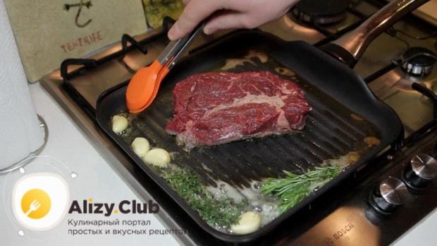 Для приготовления чак ролл стейка добавьте чеснок и размарин