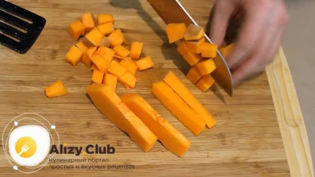 Для приготовления супа пюре из тыквы в мультиварке, нарежьте ингредиенты