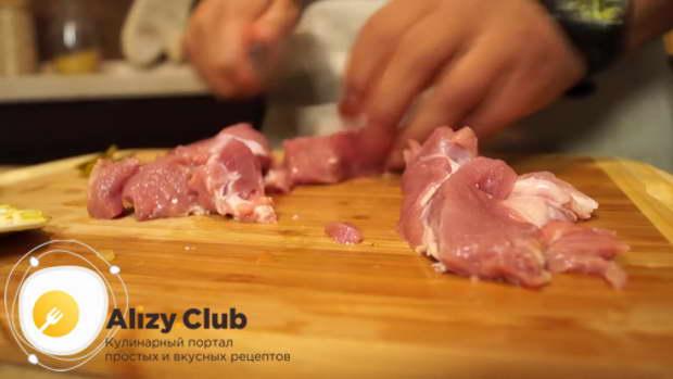 Порежьте 300 грамм мяса на кубики коло 2 см