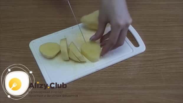 Для приготовления вермишелевого супа на курином бульоне нарежьте картофель