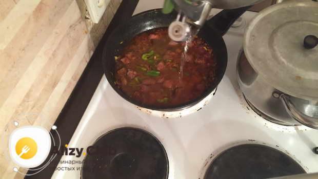 Заливаем гречку с мясои 0,5 стак. питьевой воды
