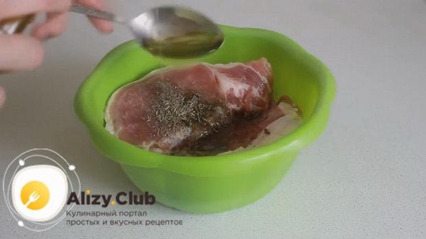 По рецепту для приготовления свинины с ананасами. добавьте масло
