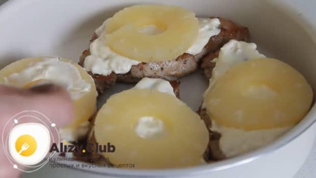 По рецепту для приготовления свинины с ананасами. выложите соус и ананасы