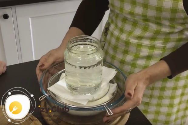 Ставим массу под гнет и отправляем ее в холодильник, где она и превратиться в настоящий сливочный сыр Филадельфия.