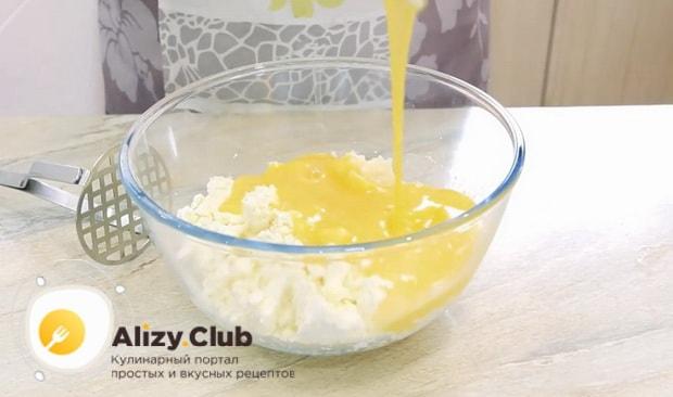 по рецепту для приготовления сырников из творога, смешайте смешайте яйца с творогом