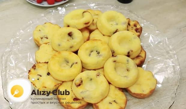 по рецепту для приготовления сырников из творога, смешайте включите духовку