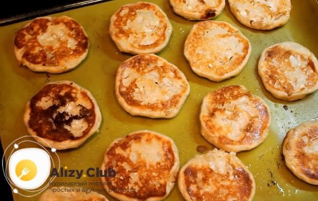 по рецепту для приготовления сырников из творога, подготовьте ингредиенты