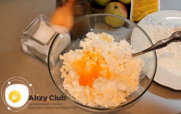 по рецепту для приготовления сырников из творога, смешайте яйца с творогом