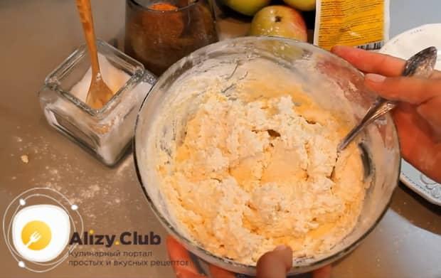 по рецепту для приготовления сырников из творога, добавьте муку
