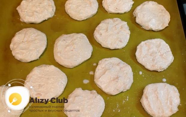 по рецепту для приготовления сырников из творога, выложите заготовки на противень