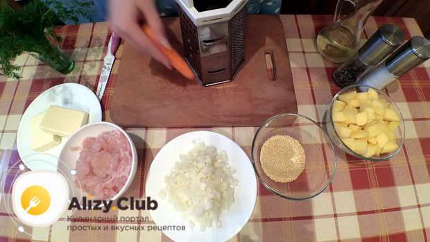 Морковь чистим и измельчаем крупной теркой