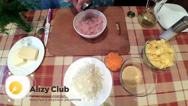 Подсаливаем и перчим 0,3 кг мясного фарша