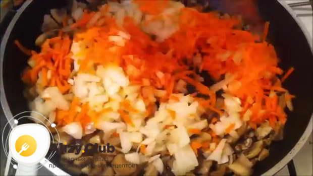 Порежьте 1 луковицу маленькими кубиками