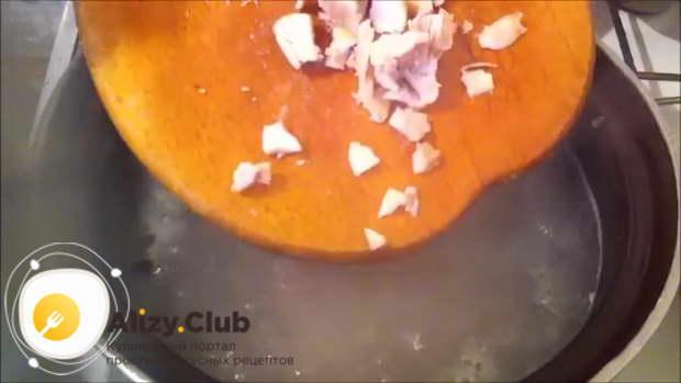 Когда картофель полностью сварится, выложите к нему куриное мясо