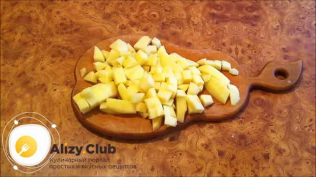Очистите 3-4 средние по размеру картофелины, порежьте их кубиками