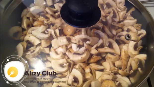 поставьте сковороду на большой огонь и жарьте грибы 5 минут