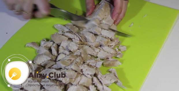 Порежьте кубиками куриное филе