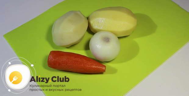 Пока варится бульон, очистите 400 г картошки