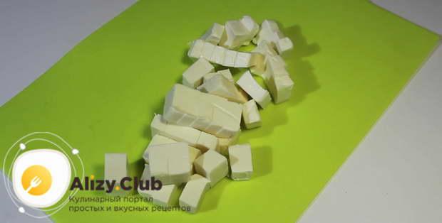 Плавленный сырок нарежьте небольшими кубиками