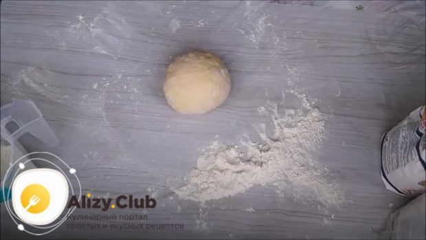 Завернуть тесто для лапши в полиэтиленовый пакет или пищевую пленку