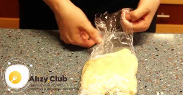 Когда масса станет однородной и не будет липнуть к рукам, заворачиваю тесто в пищевую плёнку