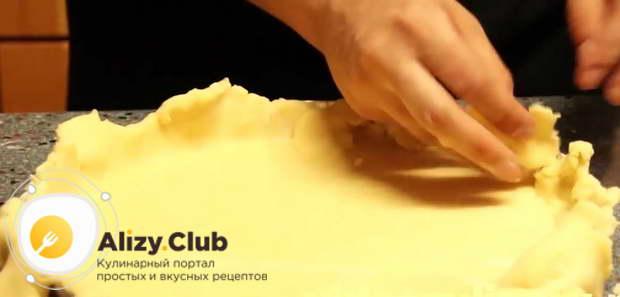 После того, как тесто слегка подморозится, раскатываю его в пласт