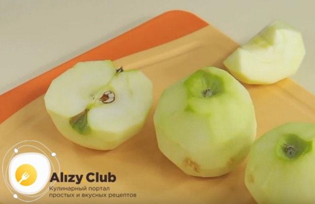 Яблоки очищаем от кожуры, разрезаем на кусочки и удаляем семена.