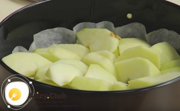 Нарезаем яблоки тонкими дольками и красиво выкладываем на карамель по кругу.