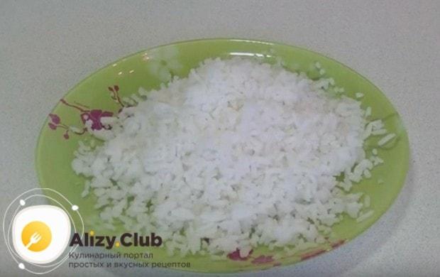 Отвариваем до готовности немного риса.