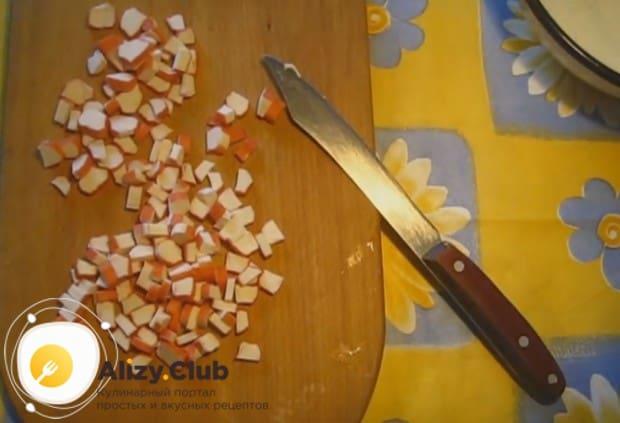 Крабовые палочки мелко режем.