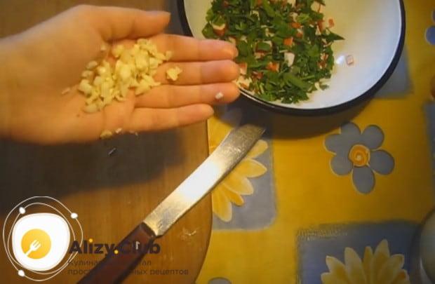 Любым удобным способом измельчаем чеснок и тоже добавляем в начинку.