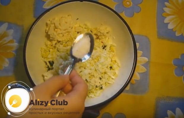 Добавляем к ингредиентам для приготовления начинки соль и перец.