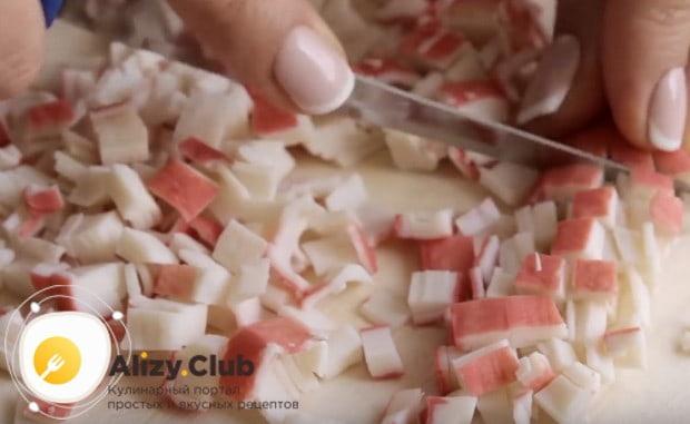 Нарезаем маленькими кусочками крабовые палочки.
