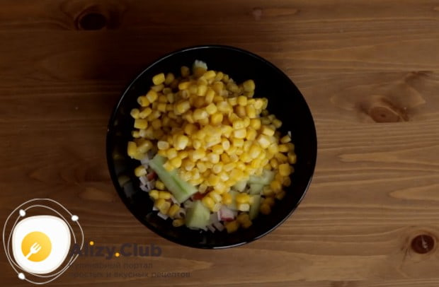 Добавляем к нашей начинке кукурузу.