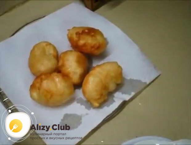 Выкладывайте пончики на бумажное полотенце или салфетку