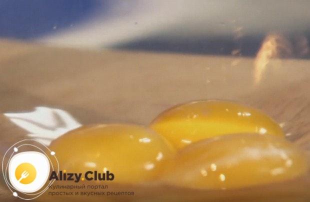 Готовить рыбу тилапию будем в кляре, поэтому отделяем желтки от белков.