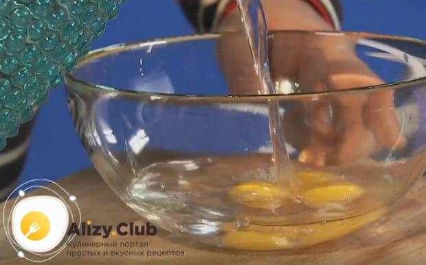 Добавляем к желткам воду и перемешиваем.
