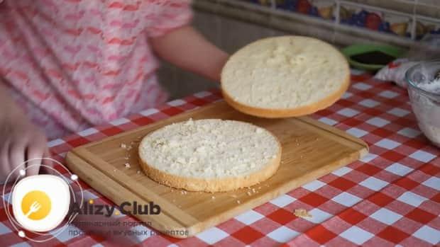 Для приготовления тирамису без яиц со сливками и маскарпоне разрежьте корж